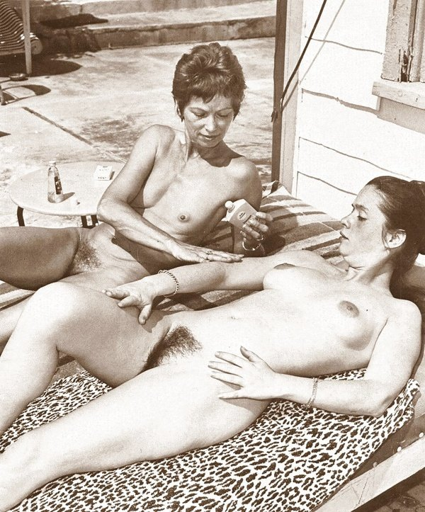 Подборка снимков из прошлого с опытными дамами в неглиже