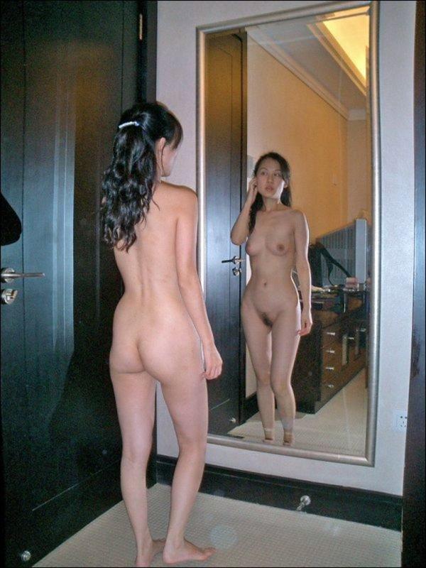 Худощавая казашка позирует перед камерой голышом и в нижнем белье