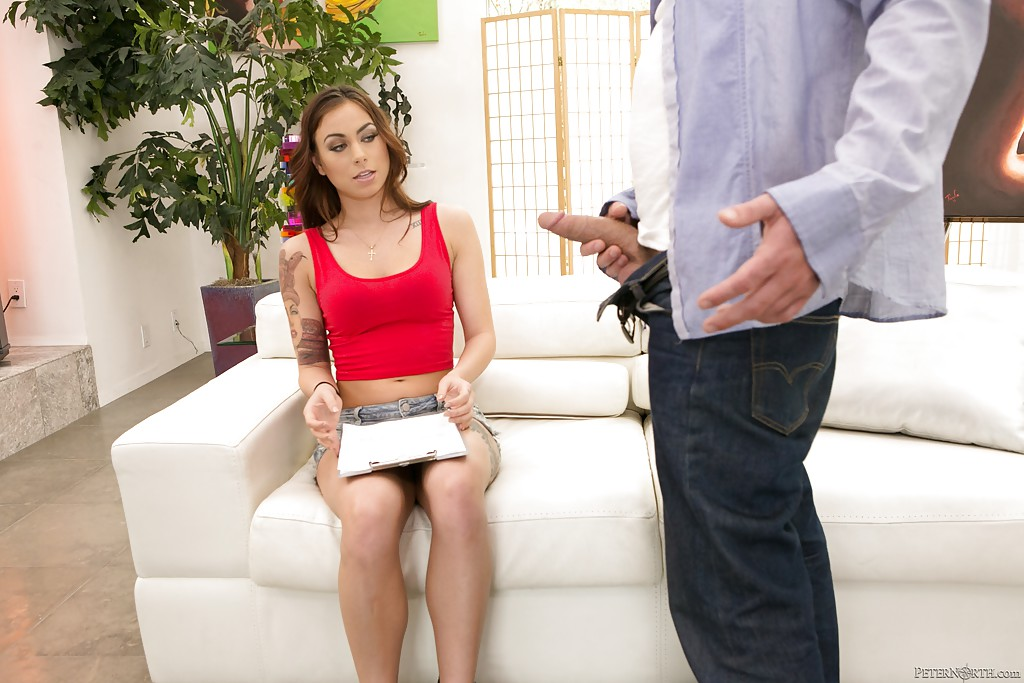 Sienna Savage с татуировками на теле встала на колени и сделала минет сотруднику