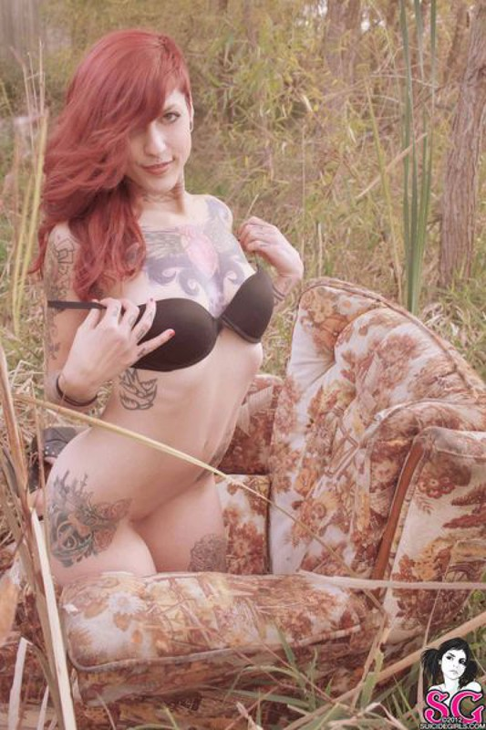 Татуированная бестия с рыжими волосами показала стриптиз посреди поля