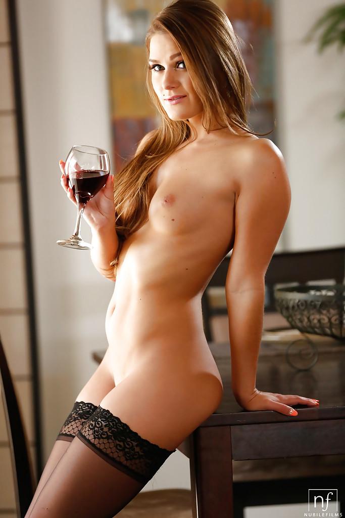Abby Cross с обалденным телом засветила упругими дойками на столе