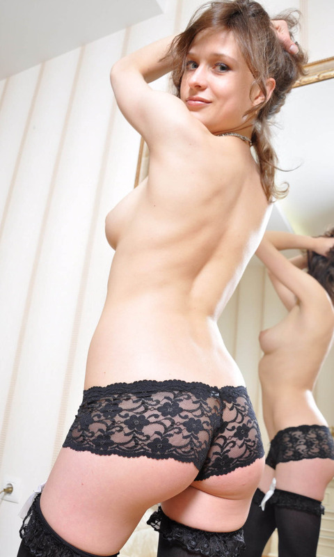 Стройная модель с большой грудью снимает с себя черное белье перед камерой