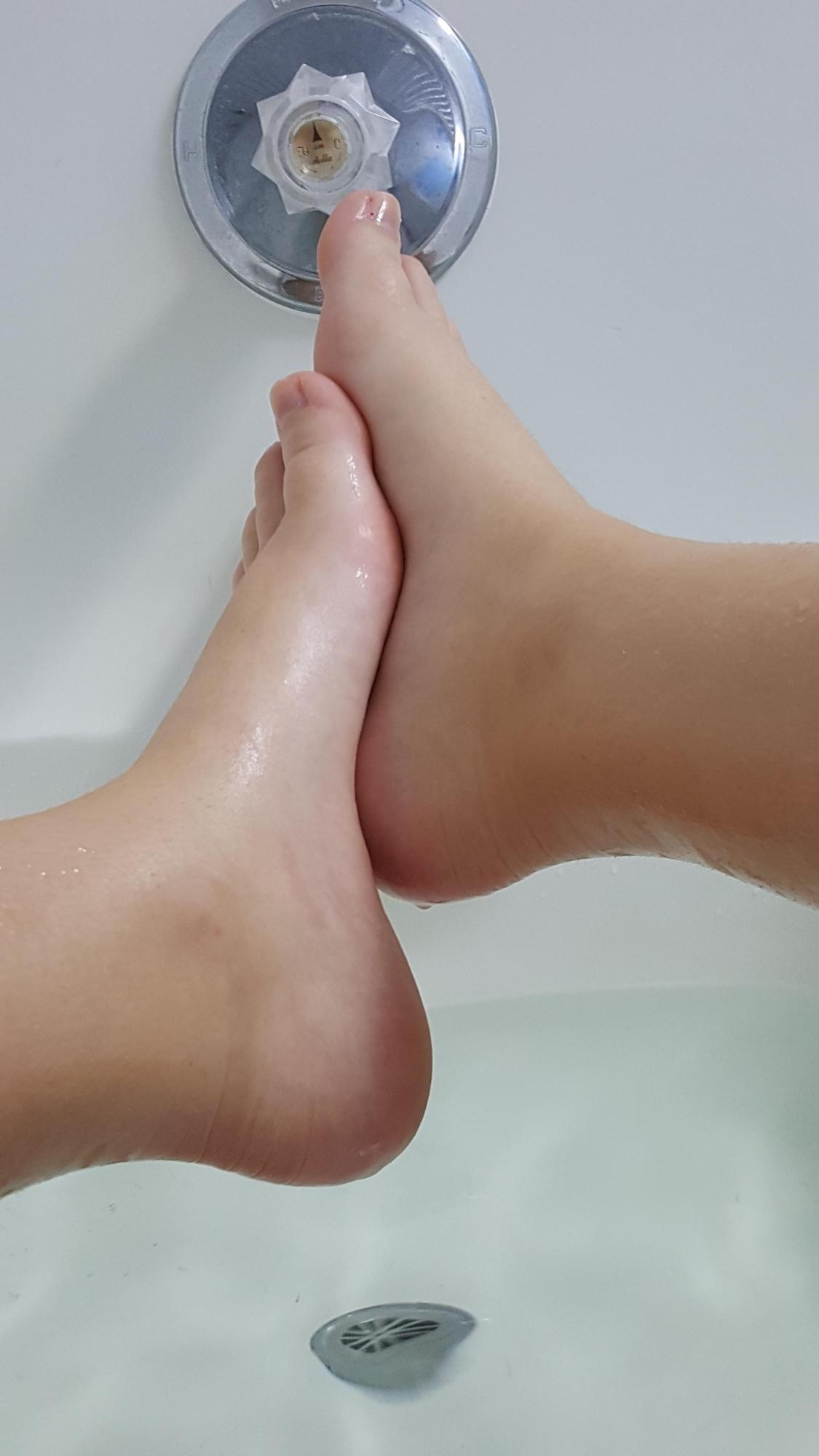Молодуха с сочными сиськами позирует голышом в ванной