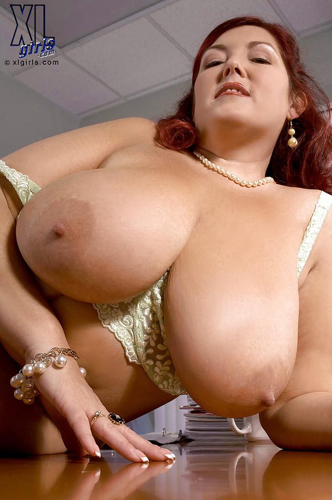 Толстая баба в колготках мастурбирует при помощи вибратора